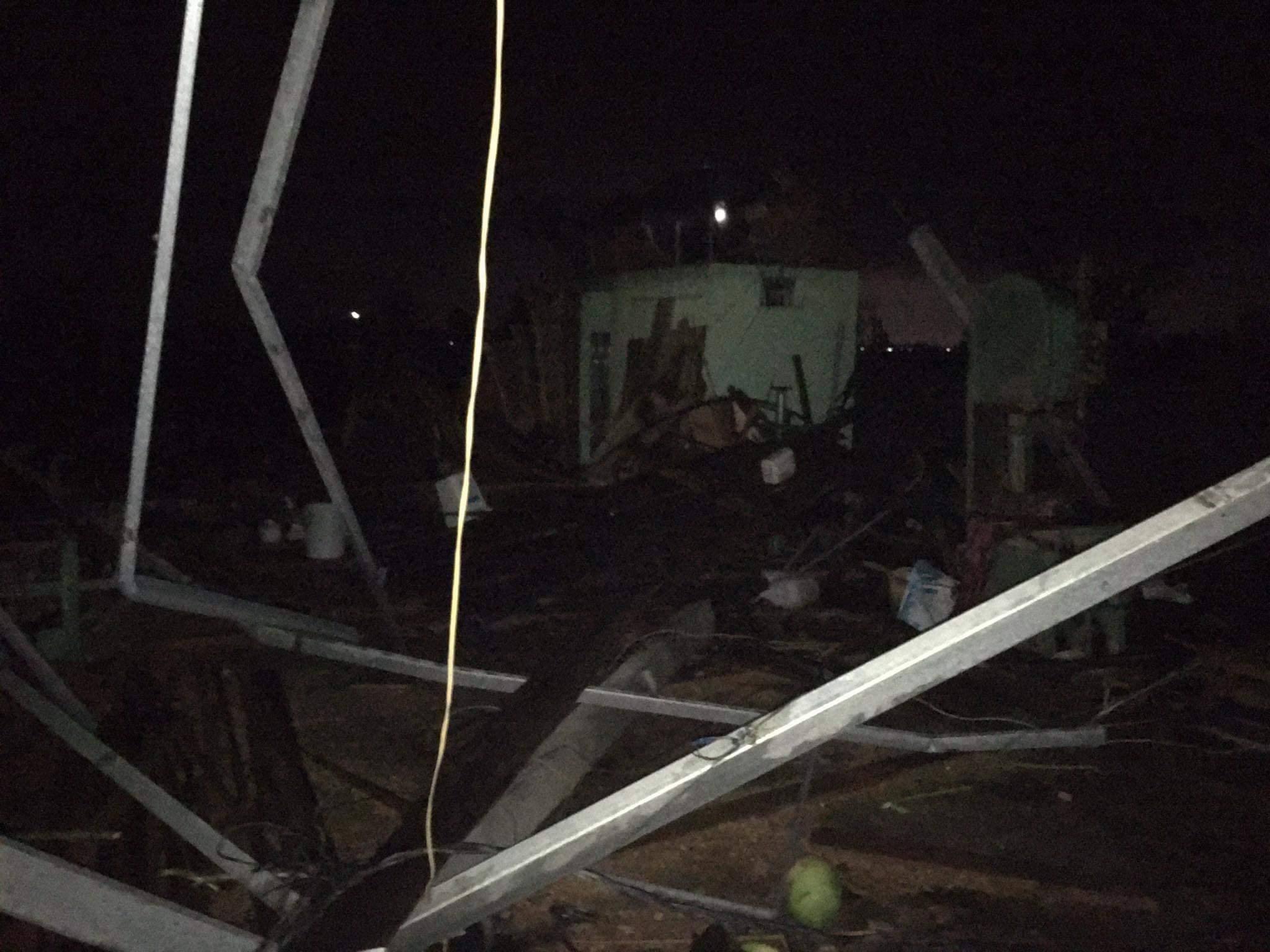 Người dân Quảng Ngãi bật khóc khi lốc xoáy cuốn bay hết mái nhà