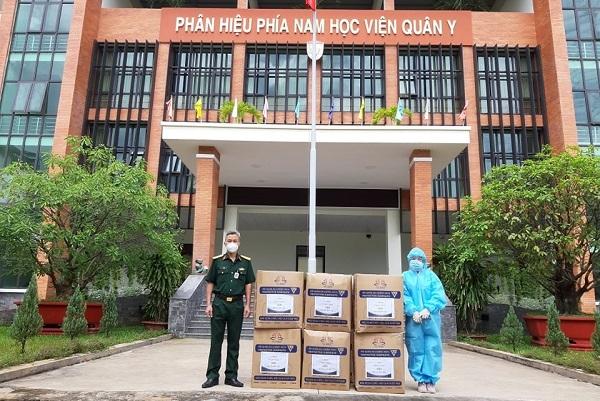 Trao 1.000 bộ đồ bảo hộ cấp 4 cho lực lượng tuyến đầu chống dịch Covid-19