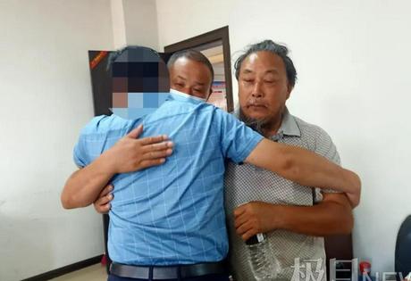Gặp lại gia đình sau 30 năm bị bắt cóc, con trai ôm bố khóc không ngừng