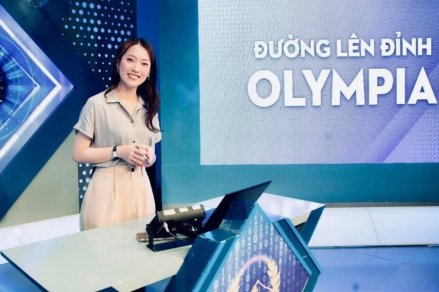 Khánh Vy 'nhại 7 thứ tiếng' làm MC Đường lên đỉnh Olympia