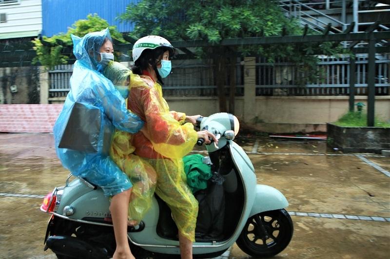 Đón người dân ở điểm dịch lớn nhất tại Hà Nội đi cách ly trở về