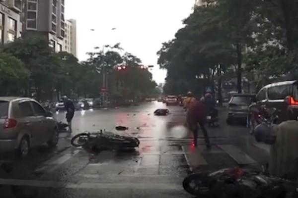 Ô tô tông nhiều người đang dừng chờ đèn đỏ ở Hà Nội