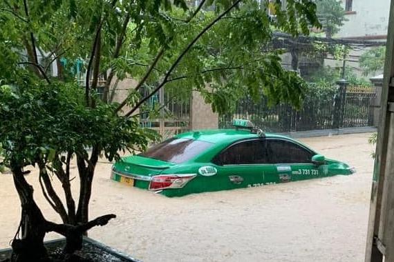Quảng Ninh mưa lớn suốt 3 giờ, quân đội điều xe đón học sinh