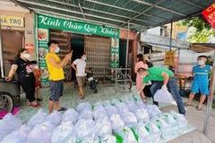Báo VietNamNet tiếp tục trao quà của bạn đọc đến người lao động