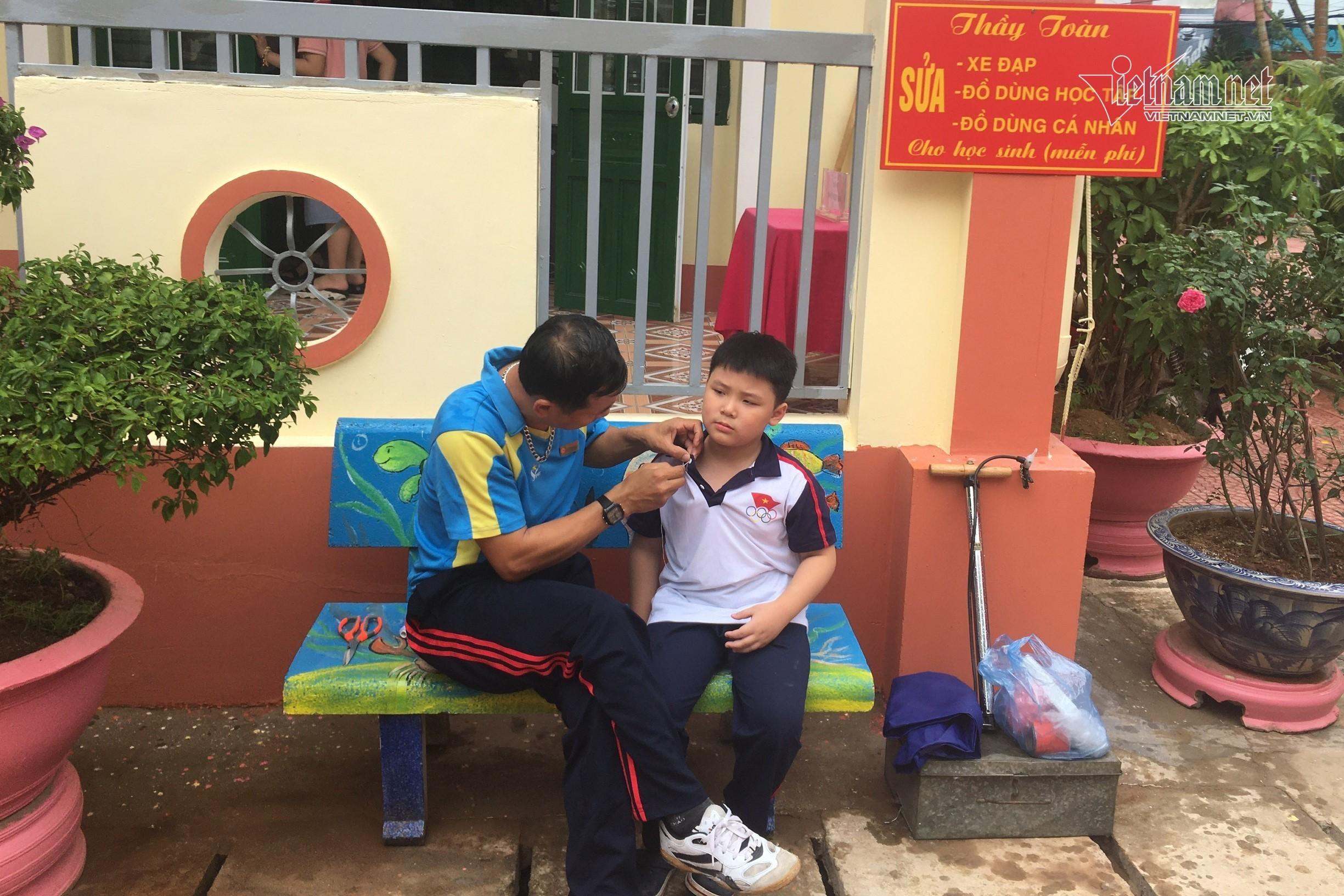 'Quán nhỏ' giữa sân trường của thầy giáo vùng cao