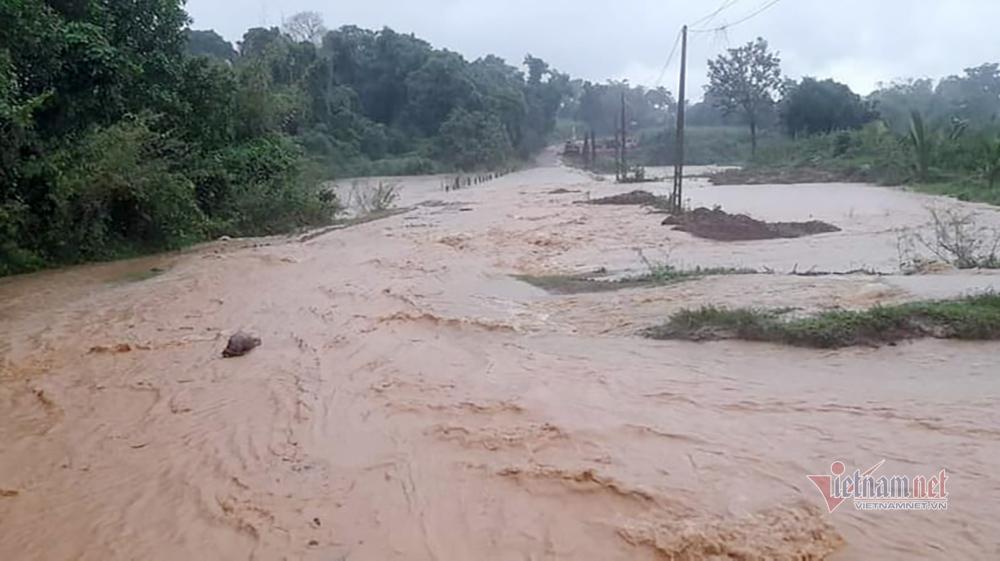 Mưa lớn, hồ đập ở Nghệ An xả lũ khiến hàng trăm nhà dân bị ngập