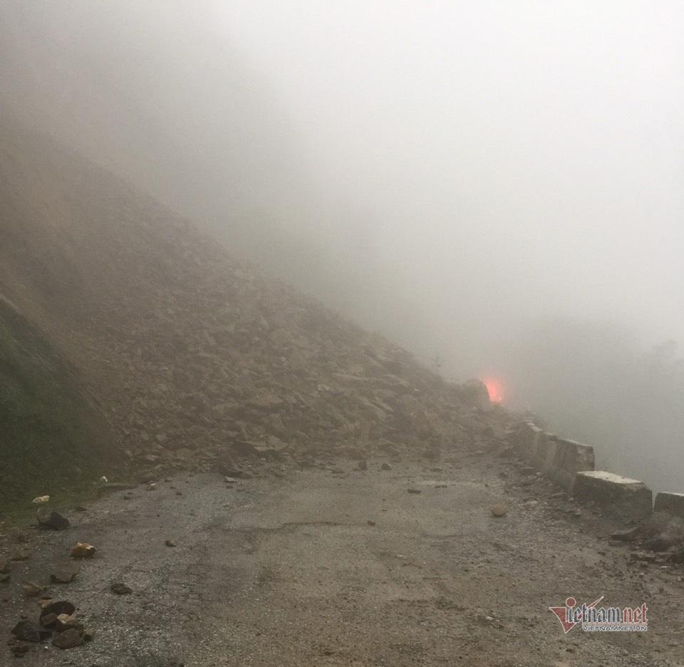 Sạt lở, hàng trăm m3 đá chắn ngang đường lên cửa khẩu Cầu Treo
