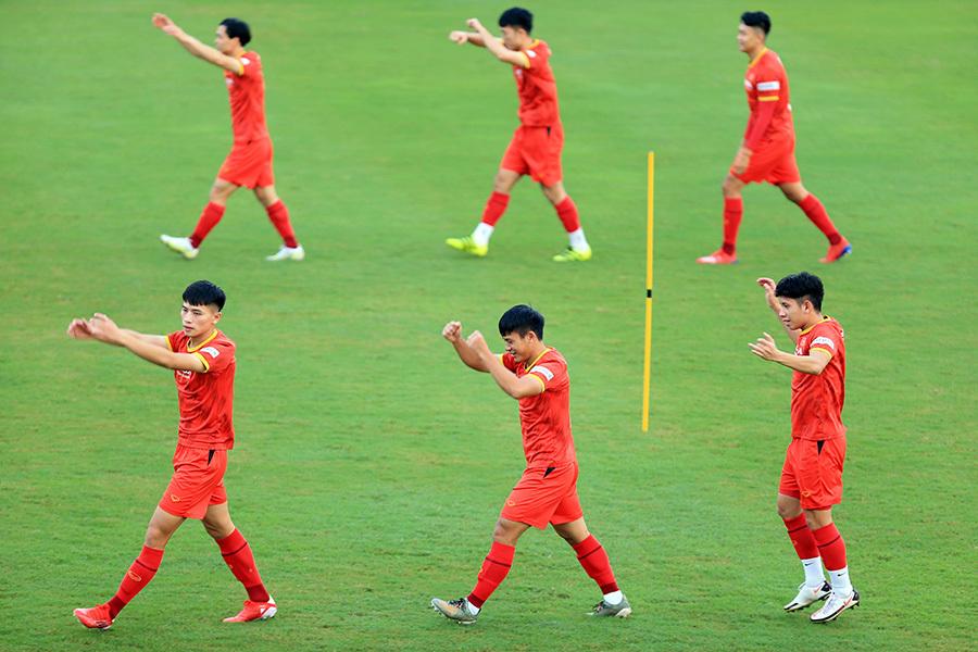 Thầy Park 'cầm tay chỉ việc' Công Phượng, Quang Hải