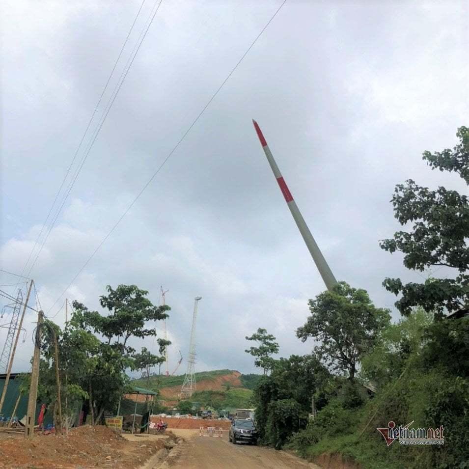 Xe chở cánh quạt điện gió gây sự cố, 3.500 dân Quảng Trị bị mất điện