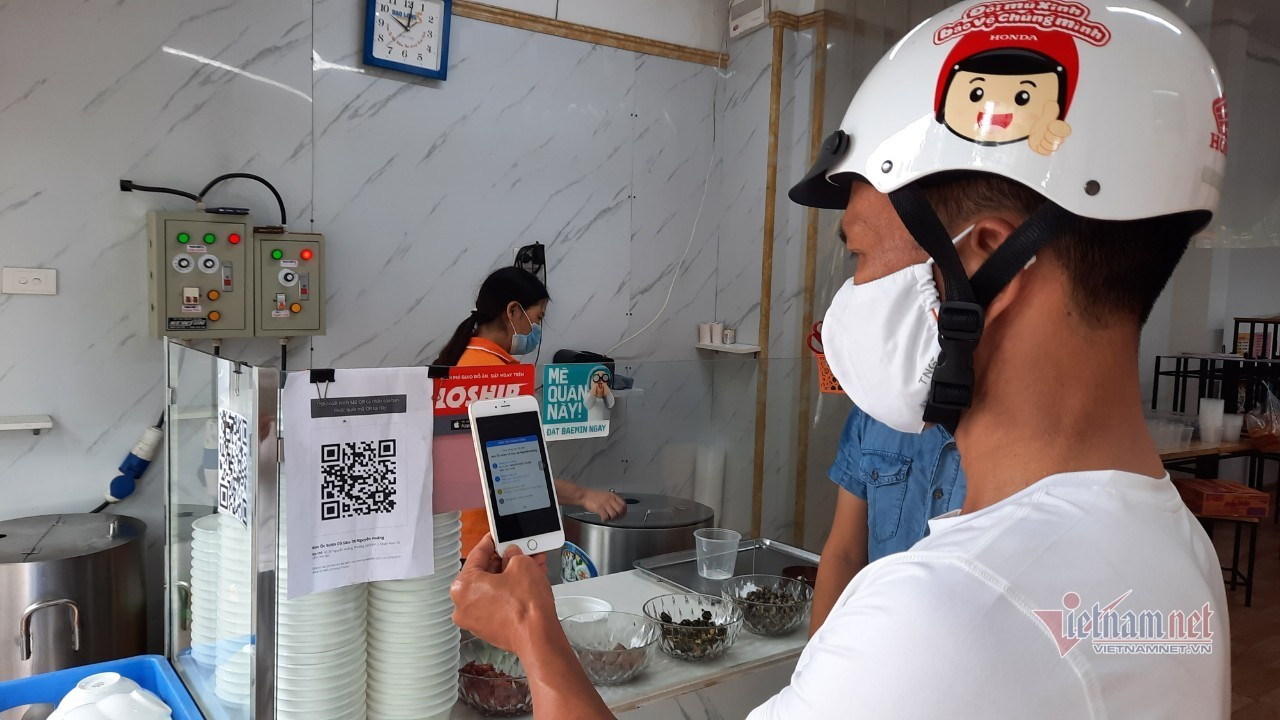 Hàng quán Hà Nội thực hiện việc quét QR Code khi giao dịch