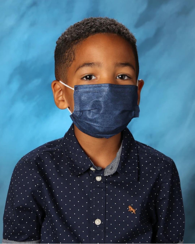 Phản ứng của cậu bé 6 tuổi khi được yêu cầu tháo khẩu trang để chụp ảnh