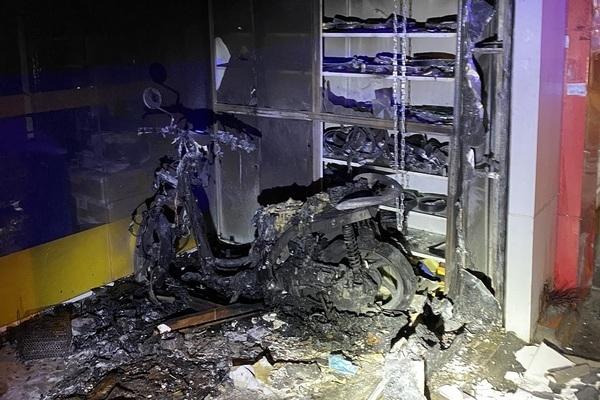 Cảnh sát dùng kìm thủy lực giải cứu hai vợ chồng mắc kẹt trong đám cháy
