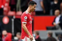 Ronaldo 'chuồn' khỏi sân sớm, rồi quay lại kêu gọi MU… đoàn kết!