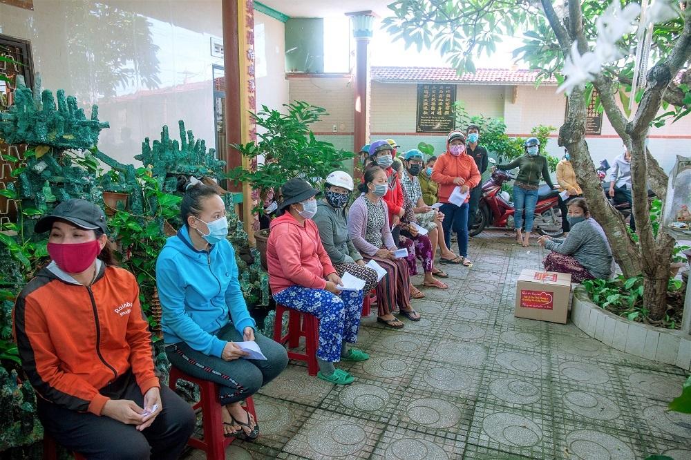 'Ca sĩ tỷ phú' Hà Phương lại tặng trăm tấn nhu yếu phẩm cho người nghèo