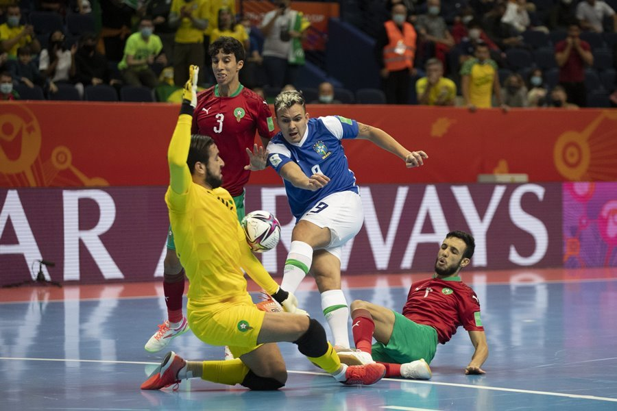 Brazil chật vật giành vé bán kết World Cup Futsal 2021