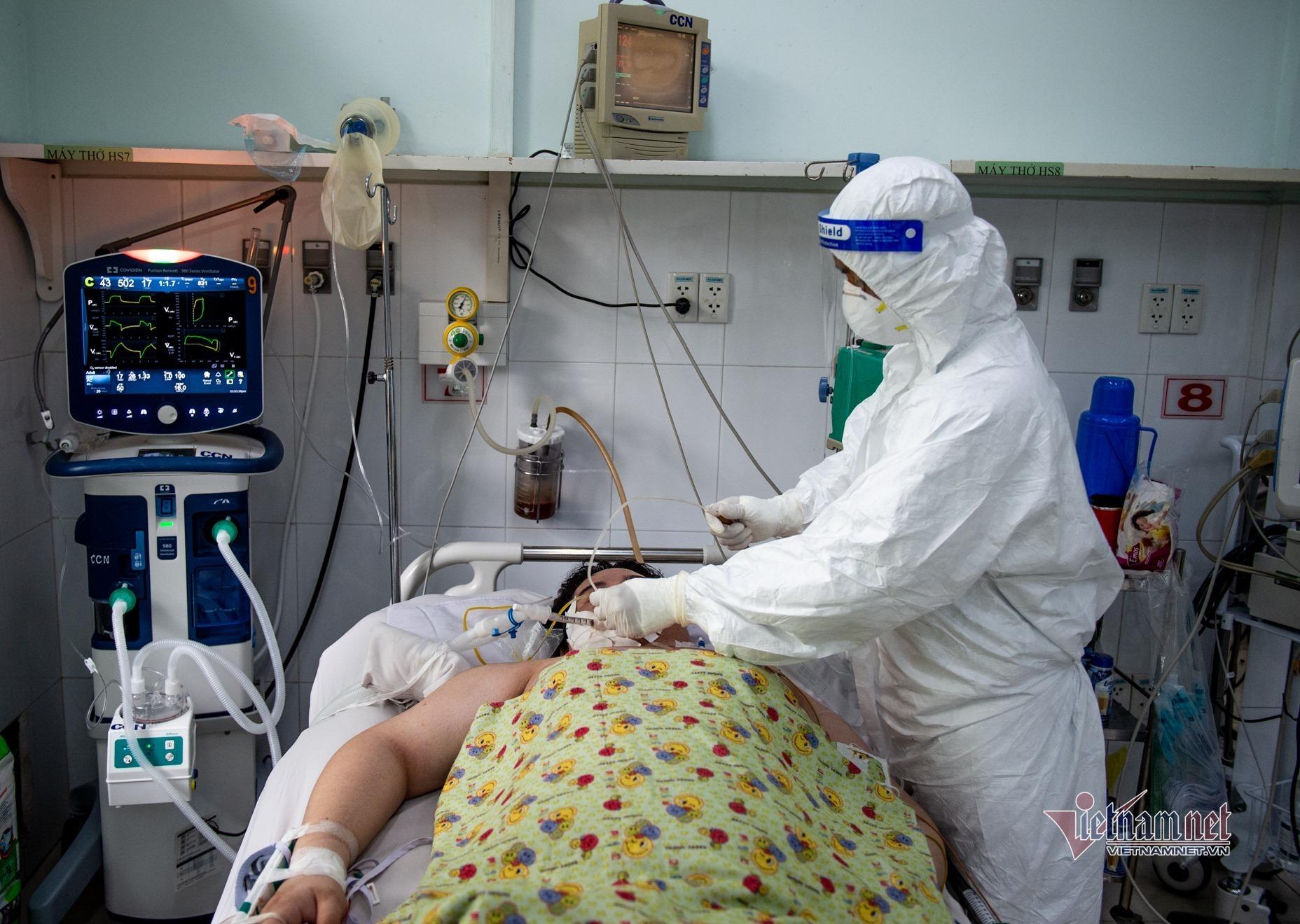 Phía sau cánh cửa phòng hồi sức điều trị trẻ mắc Covid-19 nguy kịch