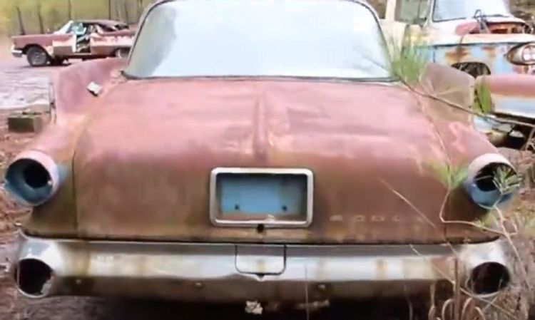 Loạt xe cổ hàng hiếm bị vứt xó đến mục nát trong nghĩa địa Mopar