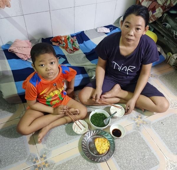 Bữa cơm trứng mặn chát của đứa trẻ 7 tuổi mắc ung thư máu
