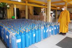 Phật giáo TP. HCM tặng 600 bình oxy, 5.000 bộ bảo hộ y tế cho An Giang