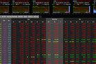 Hoảng loạn bán tháo, VN-Index bất ngờ lao dốc mạnh