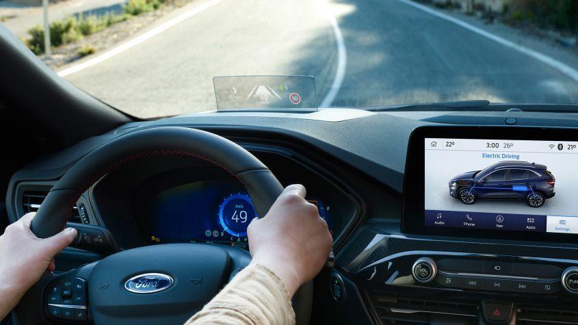 Bắt buộc từ 2022, điều cần biết về tính năng giữ làn đường trên ô tô