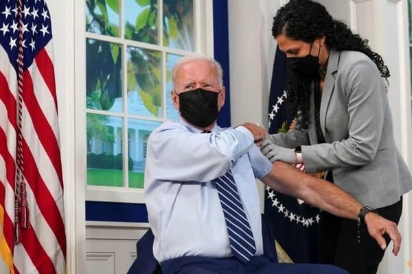 Ông Biden tiêm liều vắc xin Covid-19 thứ ba