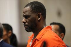 Ca sĩ R. Kelly bị buộc tội, hé lộ hàng loạt hành vi tình dục bẩn thỉu