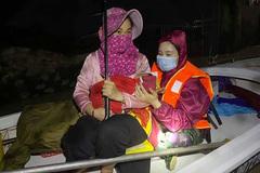 Trắng đêm cứu giúp mẹ con sản phụ mới sinh 28 ngày ở vùng lũ
