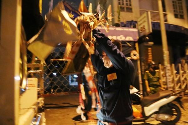Chủ tịch phường ở TP.HCM xắn tay áo đi tháo dỡ rào chắn cho dân