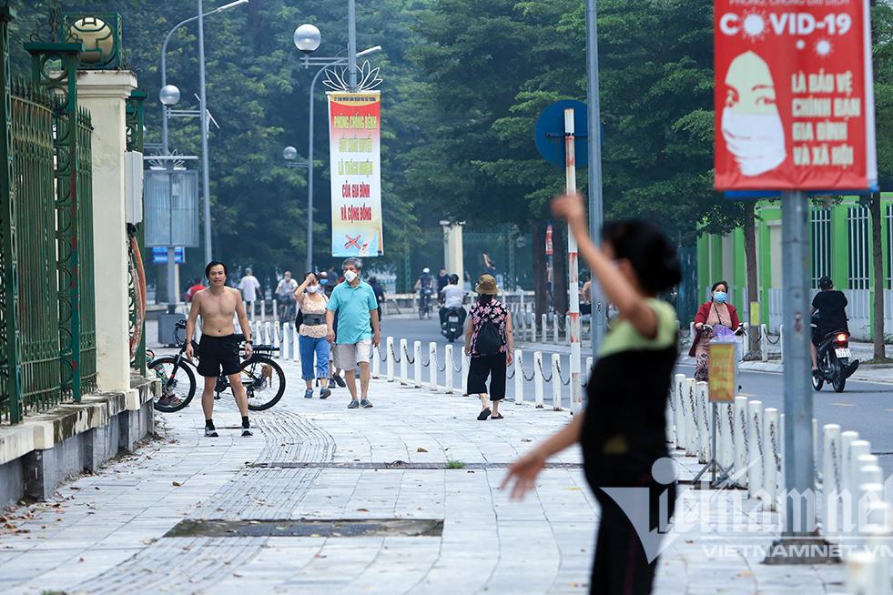 Người dân Hà Nội hồ hởi tập thể dục khi nới lỏng giãn cách