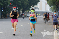 Hanoians do morning exercise after social distancing rules are relaxed