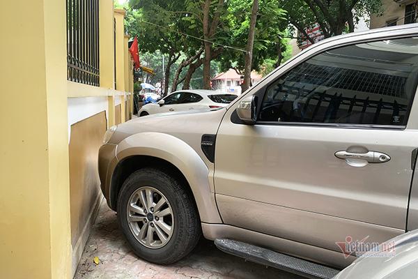 Không có cảm biến trước, làm thế nào để đỗ xe sát tường?