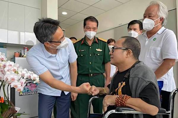 Trần Mạnh Tuấn chơi saxophone khi được Phó Thủ tướng Vũ Đức Đam đến thăm