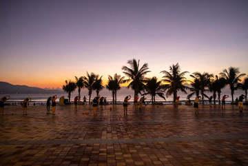 Giới trẻ Đà Nẵng hò hẹn nhau lúc 4 giờ sáng, háo hức ra biển đón bình minh