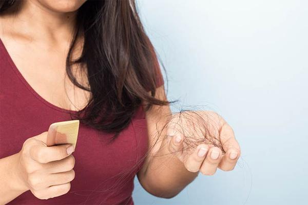 Lý do bạn rụng tóc quá nhiều và cách khắc phục