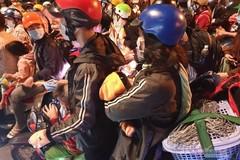 Hơn 1.000 người 'kẹt' ở cửa ngõ, TP.HCM tính đưa về quê bằng ô tô