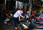 Người dân TP.HCM háo hức trở lại nhịp sống mới, bận rộn cắt tóc, sửa xe
