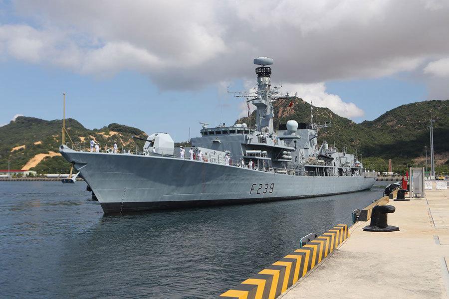 Tàu hải quân Anh cập cảng Cam Ranh
