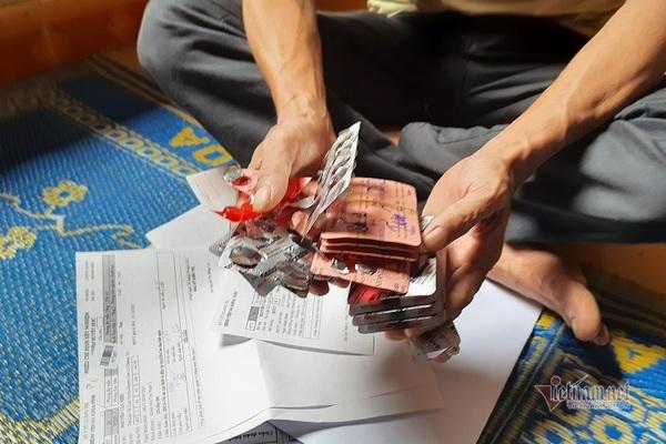 Gánh nợ 50 triệu đồng, mẹ già còng lưng đi rừng nuôi con bệnh tật