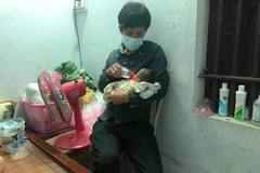 Vợ mất sau sinh, chồng bế con nhỏ đi rong khắp làng xin sữa