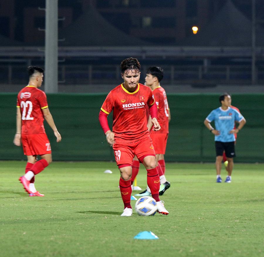 Tuyển Việt Nam hứng khởi tập luyện, chờ đấu Trung Quốc