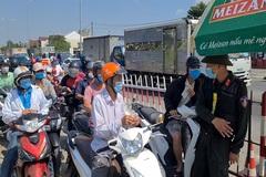 Người dân xếp hàng dài về Quảng Nam, chốt kiểm soát kẹt cứng