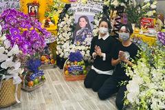 Nhật Kim Anh, Khánh Đơn nghẹn ngào thắp hương cho Phi Nhung