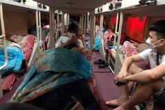 """Bắt giữ xe khách giường nằm vận chuyển """"khách chui"""" trên đường Phạm Hùng"""