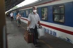 Chuyến tàu nghĩa tình đưa bà bầu, trẻ em rời TP.HCM về quê Ninh Bình
