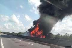 Xe tải tông vào dải phân cách bốc cháy dữ dội