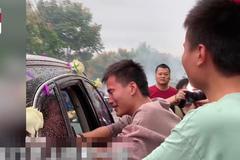 Chị gái lên xe hoa, hai em trai đuổi theo khóc nức nở