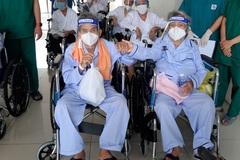 Vợ chồng cụ bà 80 tuổi bị nhiễm Covid-19 nắm tay nhau cùng xuất viện