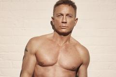 Thân hình quyến rũ như tạc tượng của Điệp viên 007 Daniel Craig