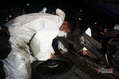Thoăn thoắt sửa xe miễn phí, tiếp sức đoàn người về quê ở đỉnh đèo Hải Vân